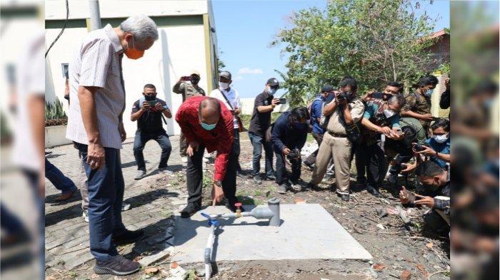 Ganjar Pranowo saat berada si prosesi penyalaan Api Abadi Mrapen dilaksanakan pada Selasa (20/4)