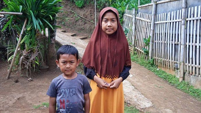 Aqil (kiri) dan Puput Fitria anak dari Ratna Sari dan Roni yang meninggal dunia karena menghirup gas beracun saat tercebut ke dalam septic tank di Garut.