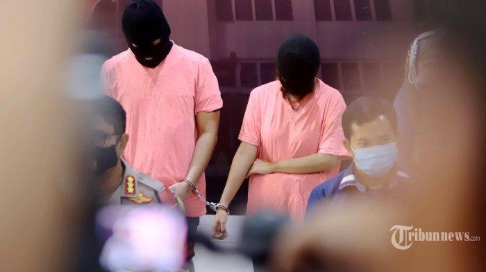 Sepasang suami istri, AR dan CA yang berperan sebagai muncikari diperlihatkan saat rilis kasus di Polres Metro Jakarta Utara, Jakarta, Jumat (27/11/2020). Polres Metro Jakarta Utara menetapkan dua muncikari berinisial AR dan CA sebagai tersangka terkait kasus prostitusi online yang melibatkan dua artis yakni ST dan MA.