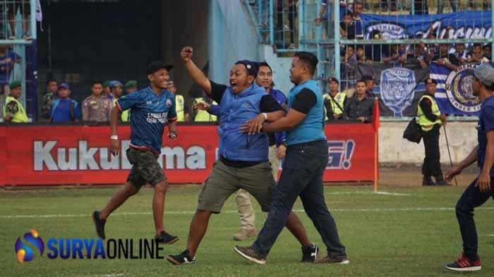Ulah Aremania di Laga Arema FC vs Persebaya Surabaya, dari Nyanyi Lagu Rasis sampai Robek Bendera