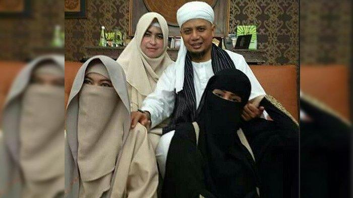 Ustaz Arifin Ilham Cek Kesehatan, Coba Lihat Posisi Tangan Ketiga Istrinya saat Berfoto