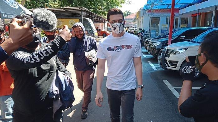 Artis Irwansyah Datangi Polrestabes Bandung Masih Berkenaan Kasus dengan Medina Zein