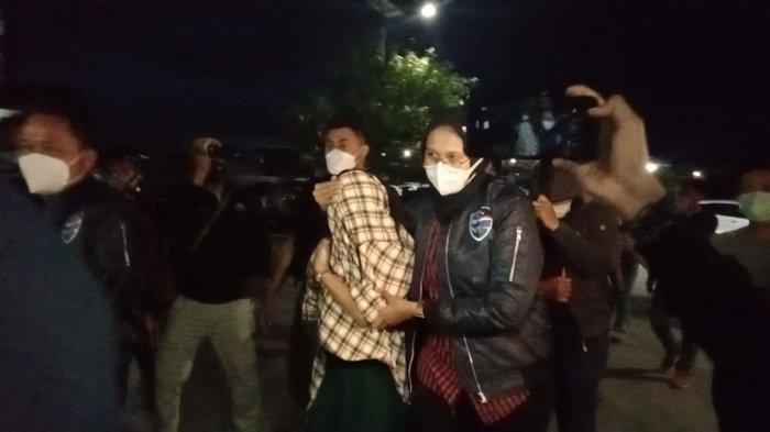 Artis TA saat diamankan polisi dan dibawa ke Mapolda Jabar.