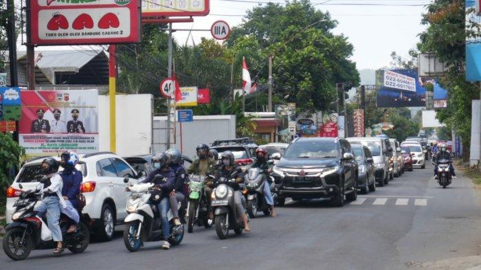 Kondisi arus lalu lintas di Kawasan Lembang saat akhir pekan ini, Minggu (10/10/2021).