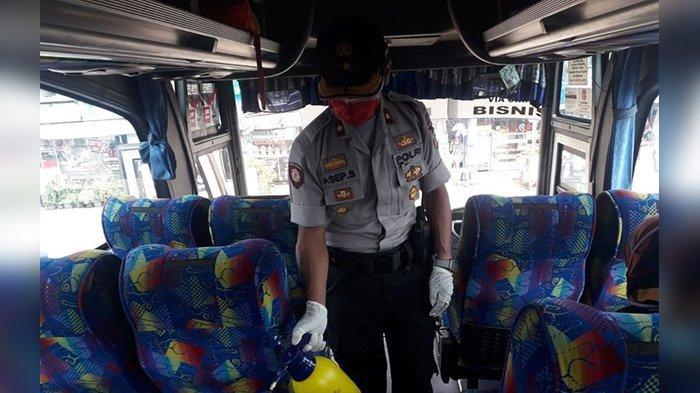 Bawa 2 Drum Cairan Disinfektan, Polisi Semprot Bus-bus di Terminal Cicaheum