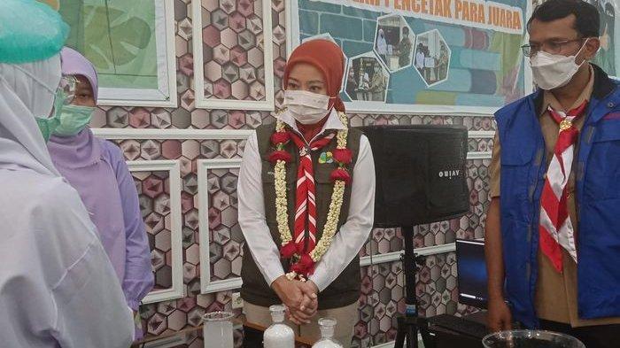 Atalia Praratya Positif Covid-19, Ridwan Kamil Curhat Hanya Bisa Memandang Istrinya di Balik Kaca