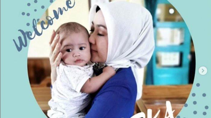 Di Momen Hari Kartini, Bayi Arka Rindukan Atalia Kamil, Pandangi Lukisannya, 4 Hari Tak Bisa Peluk