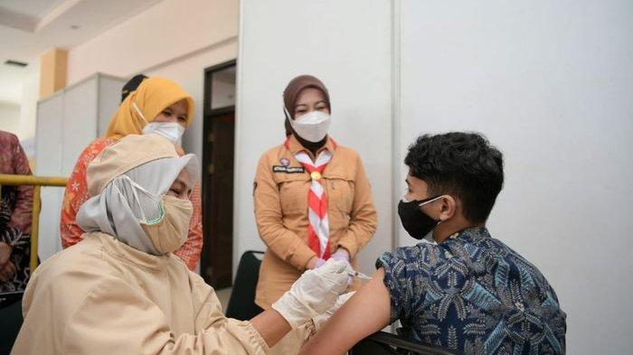 Ketua Kwartir Daerah Pramuka Jawa Barat Atalia Praratya Ridwan Kamil saat meninjau penyuntikan vaksin Covid-19 di sentra vaksinasi di Technopark, Kota Cimahi, Jumat (16/7/2021).