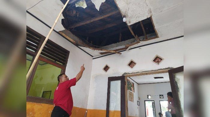 Dua Warga dan Satu Staf Terluka, Atap Kantor Kecamatan di Cianjur Tetiba Ambruk