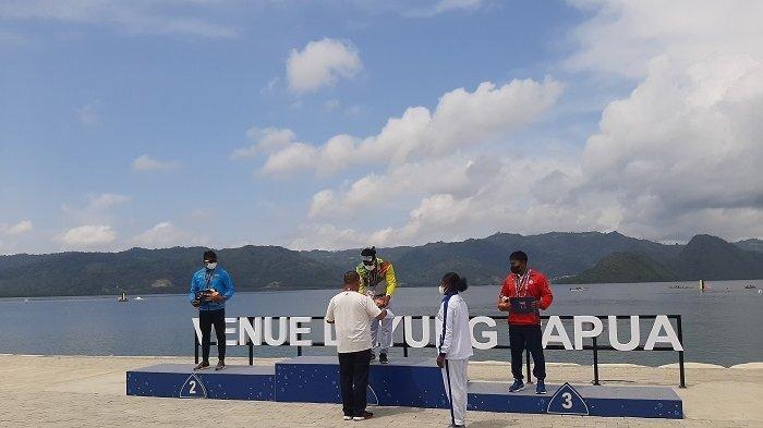 Atlet Riau, Maizir Riyondra berhasil meraih medali emas cabang olahraga Dayung PON XX Papua 2021.