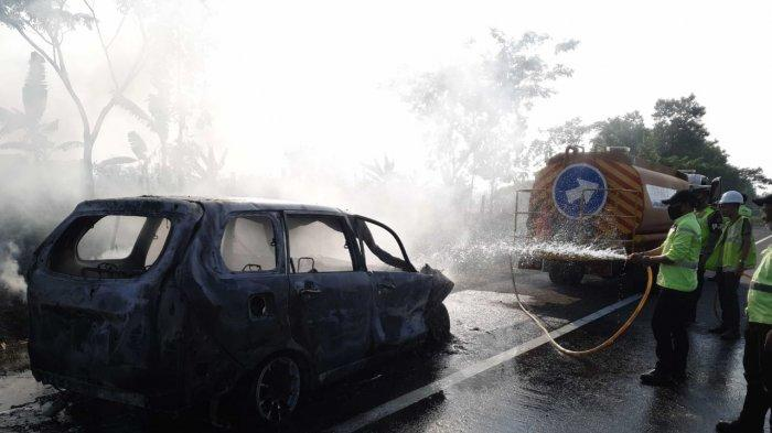 Tabrak Mobil di Depannya, Avanza Nyelonong ke Bahu Jalan Lalu Terbakar di Tol Cipali