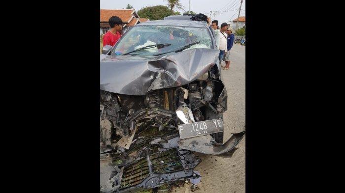Diduga Sopir Mengantuk, Avanza Terbalik Tabrak Pagar Rumah di Cianjur, 10 Penumpang Luka-luka