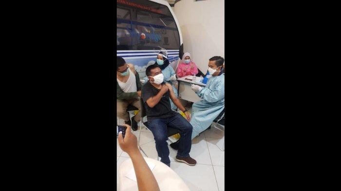 Awak media melakuka vaksinasi Covid-19 di Taman Sejarah - Bandung Planning Gallery, Kota Bandung, Jumst (26/3/2021)
