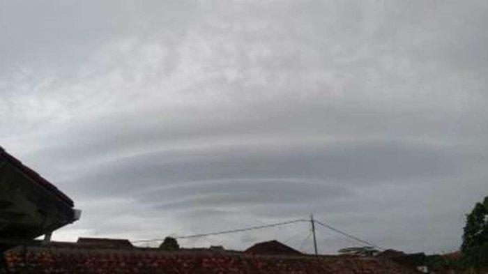 Penampakan Awan Berbentuk UFO di Langit Bandung yang Bikin Heboh, Pertanda Apa? Ini Kata Ahlinya