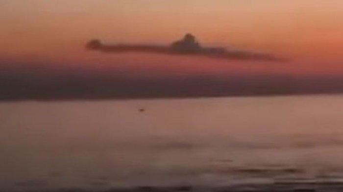 Viral di Media Sosial Awan Seperti Kapal Selam Terekam di Langit Bali, Ini Penjelasan BMKG