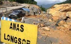 Batu Besar Halangi Jalan Desa Rancapaku