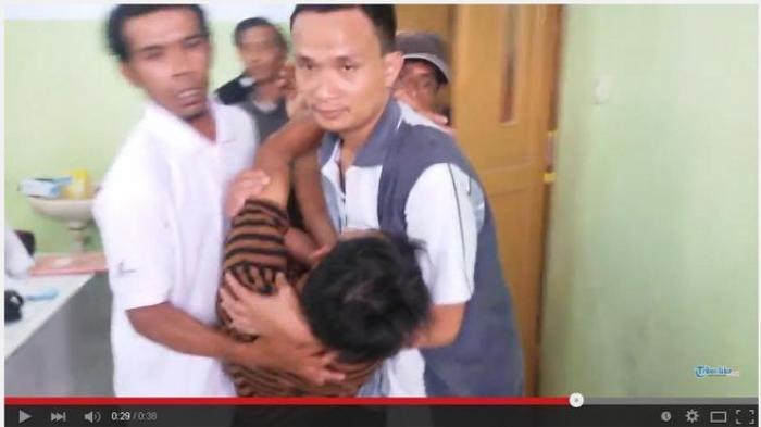[VIDEO] Detik-detik Sang Ayah Usai Lihat Jasad Anak dan Istrinya, Korban Kecelakaan Tol Cipali