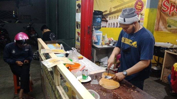 Mencari Berkah Malam Jumat, Pedagang Martabak di Tanjungsari Sumedang Sedekah Beli Dua Gratis Satu