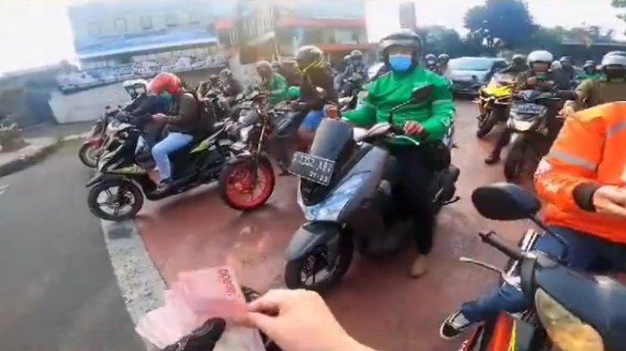 Trader Doni Salmanan Bagikan Uang ke Sopir Angkot dan Ojol di Jalanan Bandung, 'Bantuan PPKM, kang'