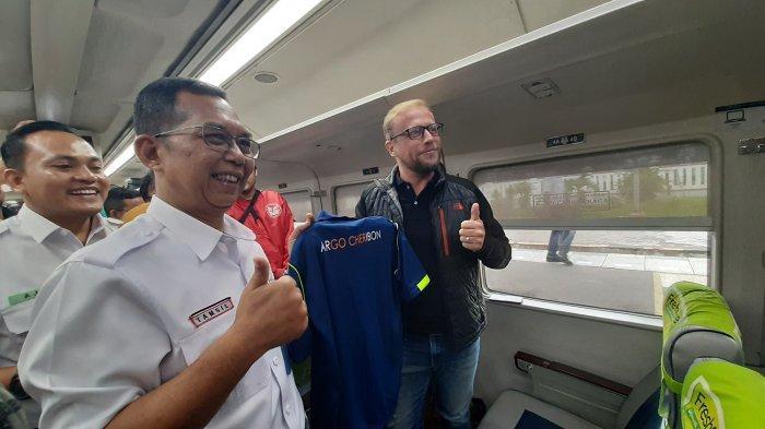 Tanggal Cantik 20-02-2020, PT KAI Cirebon Bagi-bagi Hadiah ke Penumpang KA Argo Cheribon