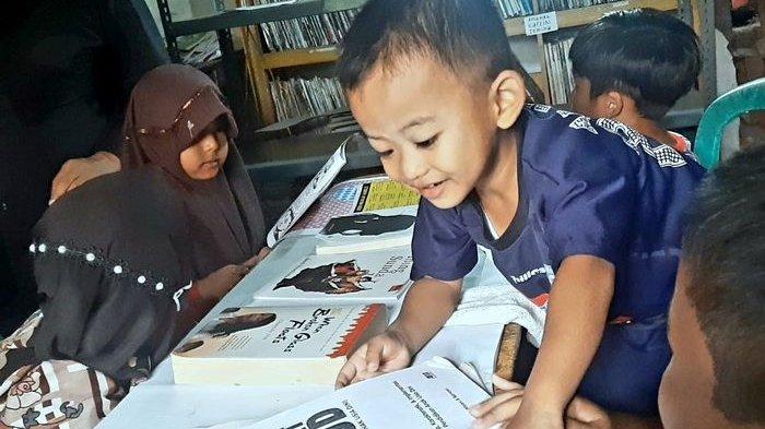 Anak-anak membaca di Perpustakaan Saba Desa milik Bah Udju di Kampung Ngenol, Desa Gunung Hejo, Kecamatan Darangdan, Kabupaten Purwakarta, Minggu (5/9/2021).