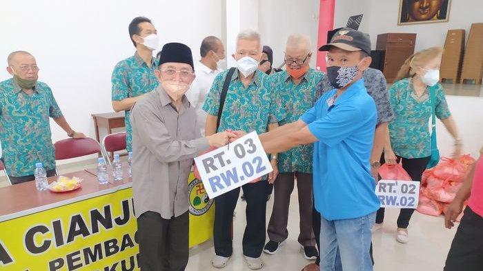 Ketua FKUB Cianjur KH Choirulanam membagikan paket sembako secara simbolis dalam acara Wihara Tridharma Cianjur berbagi kasih bakti sosial pembagian 1.000 sembako untuk warga dan lingkungan, Minggu (5/9/2021).