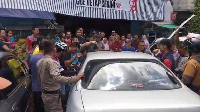 Balita Terkunci di Mobil Hingga Berkeringat, Mukanya Merah di KHZ Mustofa Tasik, Warga Kaget