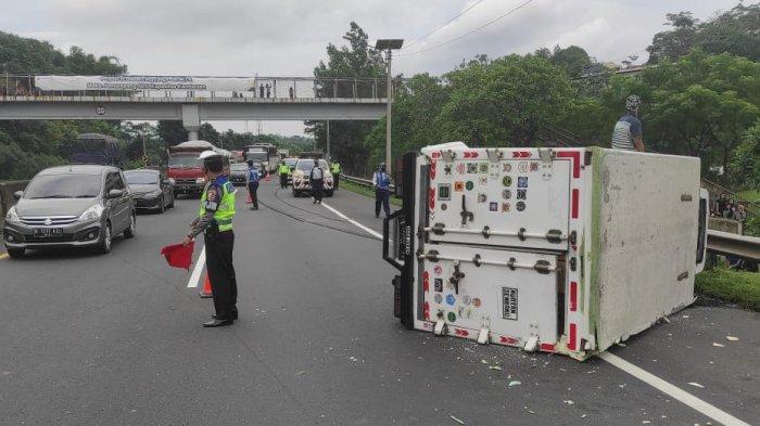 Ban Pecah, Truk Pun Oleng lalu Terguling di Tol Cipularang KM 105, Lalu-lintas Tersendat