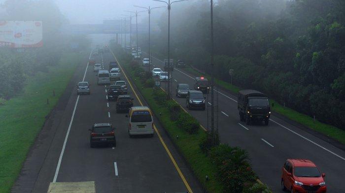 Kabut yang cukup tebal menghalangi jarak pandang pengendara roda empat yang bersiap menuju pintu keluar Tol Pasteur dari Kota Cimahi, Jawa Barat, Senin (21/06/2021).