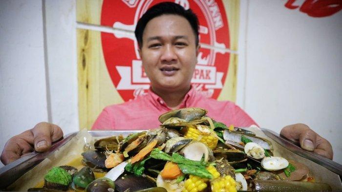Pemilik Kedai Seafood Bang Bopak, Agung Satria Perdana, menunjukan hasil sajian hidangan lautnya kepada Tribun Jabar. (tribunjabar/fasko dehotman)