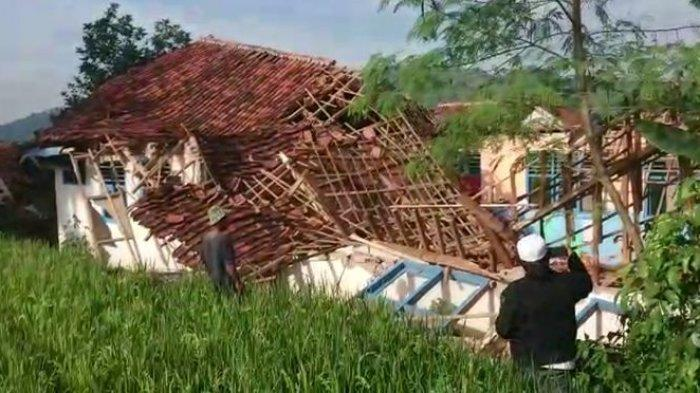 Tak Ada Angin dan Hujan, Bangunan PAUD Bantuan PNPM di Cianjur Ambruk, Untung Tanpa Korban