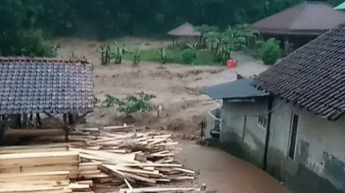 Cerita Dahsyatnya Banjir Bandang yang Melanda Citengah Sumedang, Mobil Sampai Terseret Derasnya Air