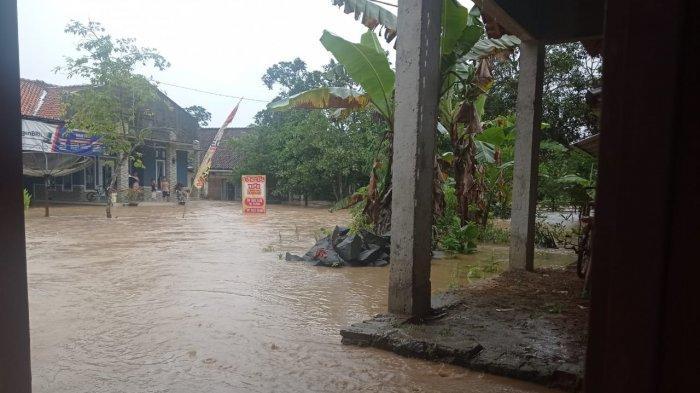Banjir luapan Sungai Ciputrahaji merendam ratusan rumah warga di 3 desa di Kecamatan Banjaranyar, Ciamis, Selasa (2/2/2021) sejak pukul 15.30 sore.