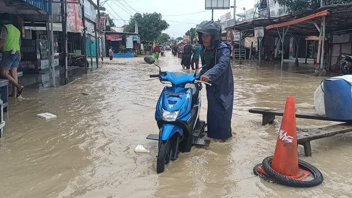 FOTO-foto Parahnya Banjir di Indramayu Hari Ini, Rumah Hanyut dan Jalur Pantura Alami Kemacetan