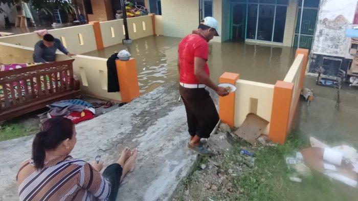Warga Desa Ini Mengaku Stres, Pagi Bersihkan Sisa Banjir, Pulang Kerja Rumah Kembali Terendam Air