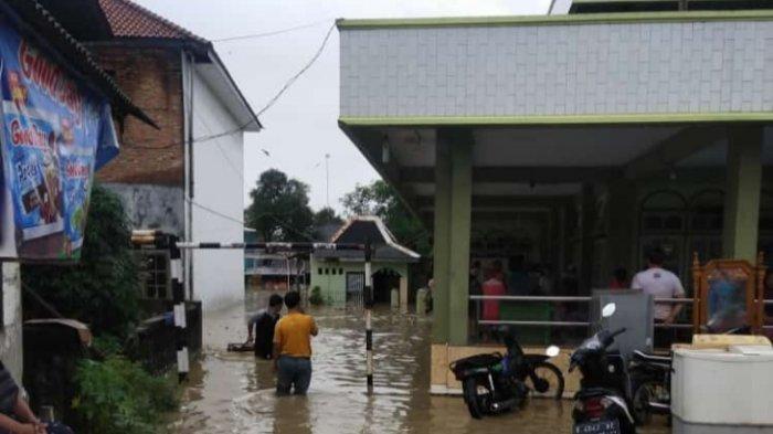 Banjir di Desa Karangtumaritis, Kecamatan Haurgeulis, Kabupaten Indramayu, Senin (8/2/2021) pagi.