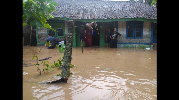 Kantor Desa Mande Nyaris Terendam Banjir, Kades Sebut Pabrik Ini Penyebab Masalah