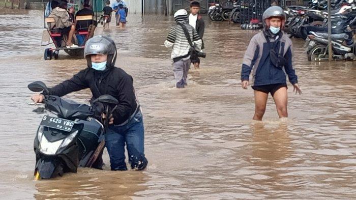 Banjir di Jalan Raya Banjaran-Dayeuhkolot, Selasa (25/5/2021).