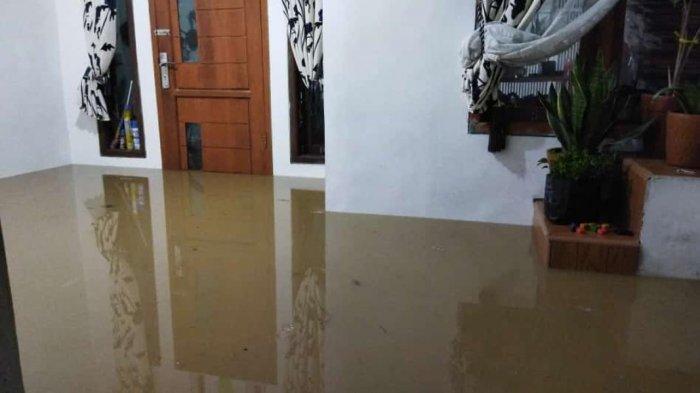 Saat Hendak Buka Puasa, Warga Wadas Karawang Kedatangan Air Banjir Sungai Cikalapa