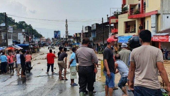 Kota Parapat Lumpuh, Diterjang Banjir dan Longsor, Jalan Lintas Sumatera Ditutup