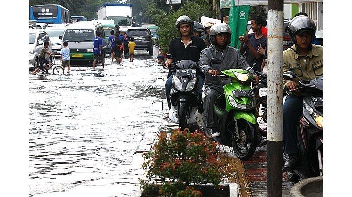 5 Tips Berkendara Motor Saat Hujan Melanda Biar Tetap Selamat Sampai Tujuan