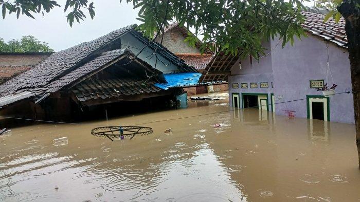 Banjir di Desa/Kecamatan Kertasemaya, Kabupaten Indramayu, Senin (8/2/2021) siang.