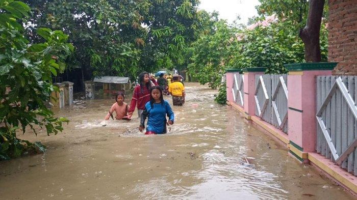 Banjir di Sumuradem Indramayu Sudah Surut, Personel Dikerahkan Bantu Warga Bersihkan Pemukiman