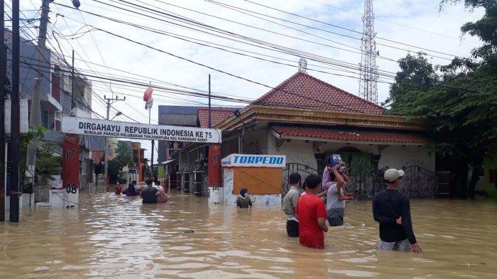 Ibu Hamil Butuh Bantuan Perahu Karet, Minta Dievakuasi dari Banjir yang Mengepung di Karawang