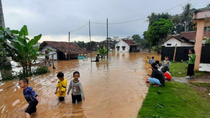 Banjir, Sejumlah Anak Kampung Bojongsoban Sukaresik Kabupaten Tasikmalaya Malah Main Air Kotor