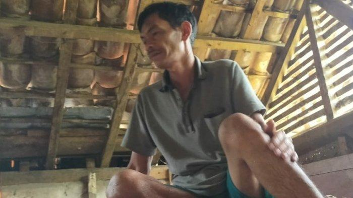 Banjir Terjang Sukaresik Kabupaten Tasikmalaya, Dodo Sekeluarga Pun Tidur di Langit-langit Rumah