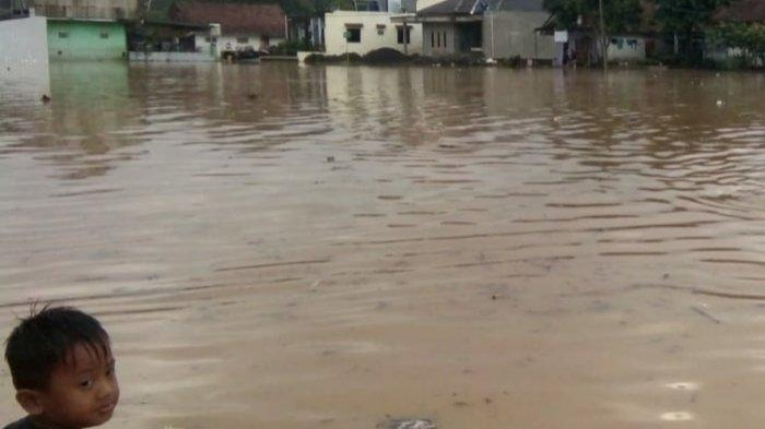 Hujan Deras Bikin Banjir Naik Lagi di Sukaresik Kabupaten Tasikmalaya