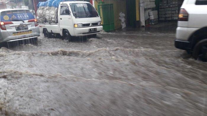 Diterjang Banjir, Jalan Cihanjuang di Cimahi Seperti Aliran Sungai, Air Pun Masuk ke Kios Pedagang