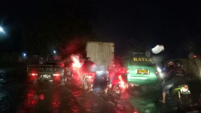 Diguyur Hujan Deras, Malam Ini Jalan Raya Rancaekek Banjir, Arus Lalu Lintas Pun Macet