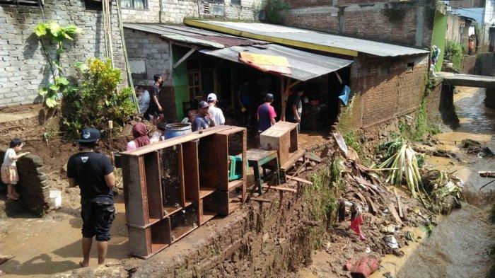 Lima Rumah Jebol, Enam Motor Hanyut di Sungai, Saat Banjir Bandang Terjang Bojongkacor Bandung